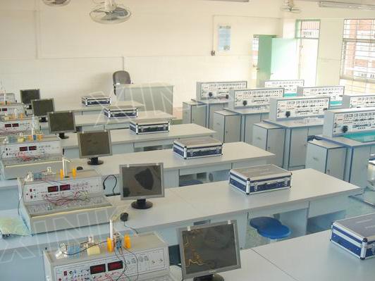 实验桌中央配有通用电路板,电路板注塑而成,表面布有九孔成一组相互