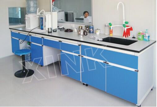 规格:L*750*850 一、台 面:大理石/实芯理化板/威盛亚理化板/千思板/环氧树脂板/陶瓷板:采用实验室专用耐腐蚀台面,抑菌、易清洁,操作面前上边经圆滑处理,美观且光滑不伤手(具体材质详见台面材质说明及其测试报告)。 二、框 架:采用40*60*1.8优质方钢,表面经酸洗、磷化、均匀灰白环氧树脂喷涂;耐高温,耐腐蚀,承重性能良好。 三、侧 板:采用18厚优质三聚氰胺板,断面以PVC防水封边处理。 四、门板及抽屉面板:采用18厚环型优质中纤板双面饰三聚氰胺板,断面以PVC防水封边处理。 五、把