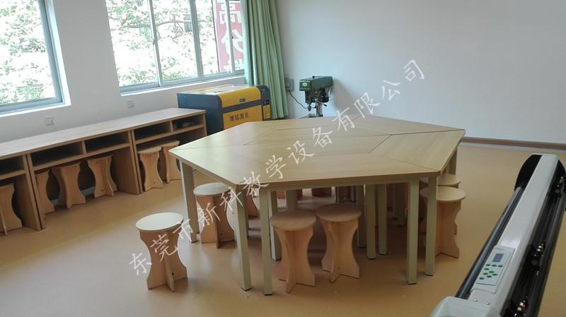 校园桌椅的简笔画